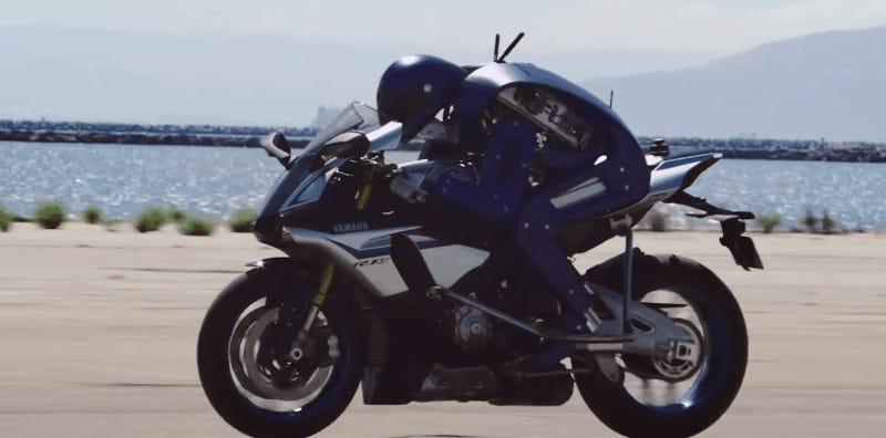 Crean un robot que puede conducir una motocicleta a 200 Kmh, al estilo Robocop