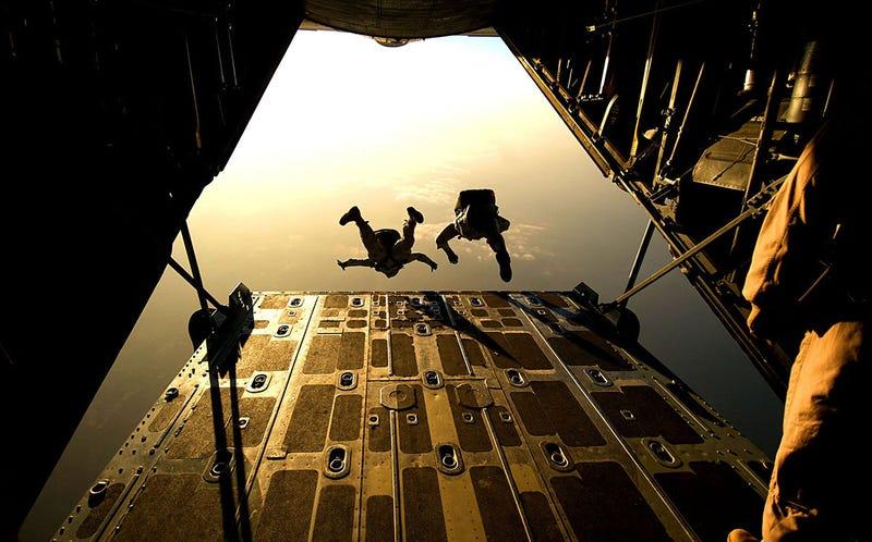 Cómo caerse de un avión sin paracaídas y sobrevivir, según los datos de la gente que ha sobrevivido