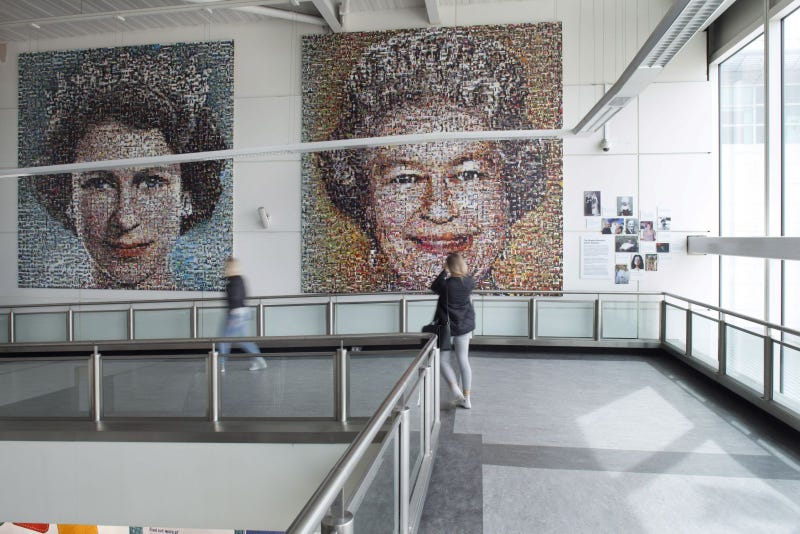 Imagen: 'The People's Monarch'. Aeropuerto de Gatwick.CC// Daily Mail.
