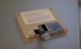 Illustration for article titled DIY USB Drive Inside a Floppy