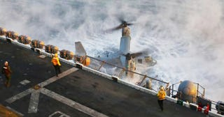 Illustration for article titled Terrifying Image Shows Heroic Crew Trying To Keep Stricken Osprey Flying