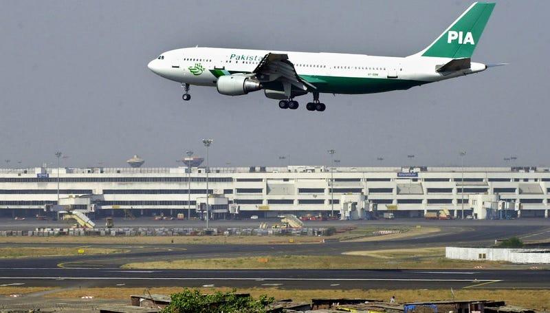 Una pasajera abre la salida de emergencia del avión al confundirla con el baño
