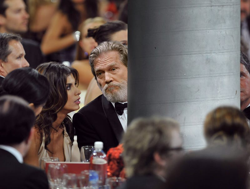 Illustration for article titled Jeff Bridges Seated Directly Behind Support Column At Golden Globes