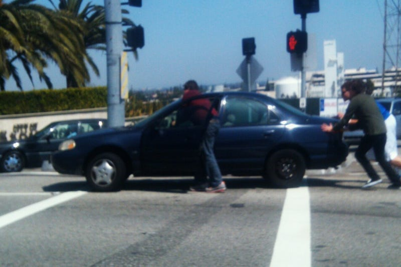 Illustration for article titled Here's A Blurry Photo Of Blake Griffin Helping To Push A Disabled Car