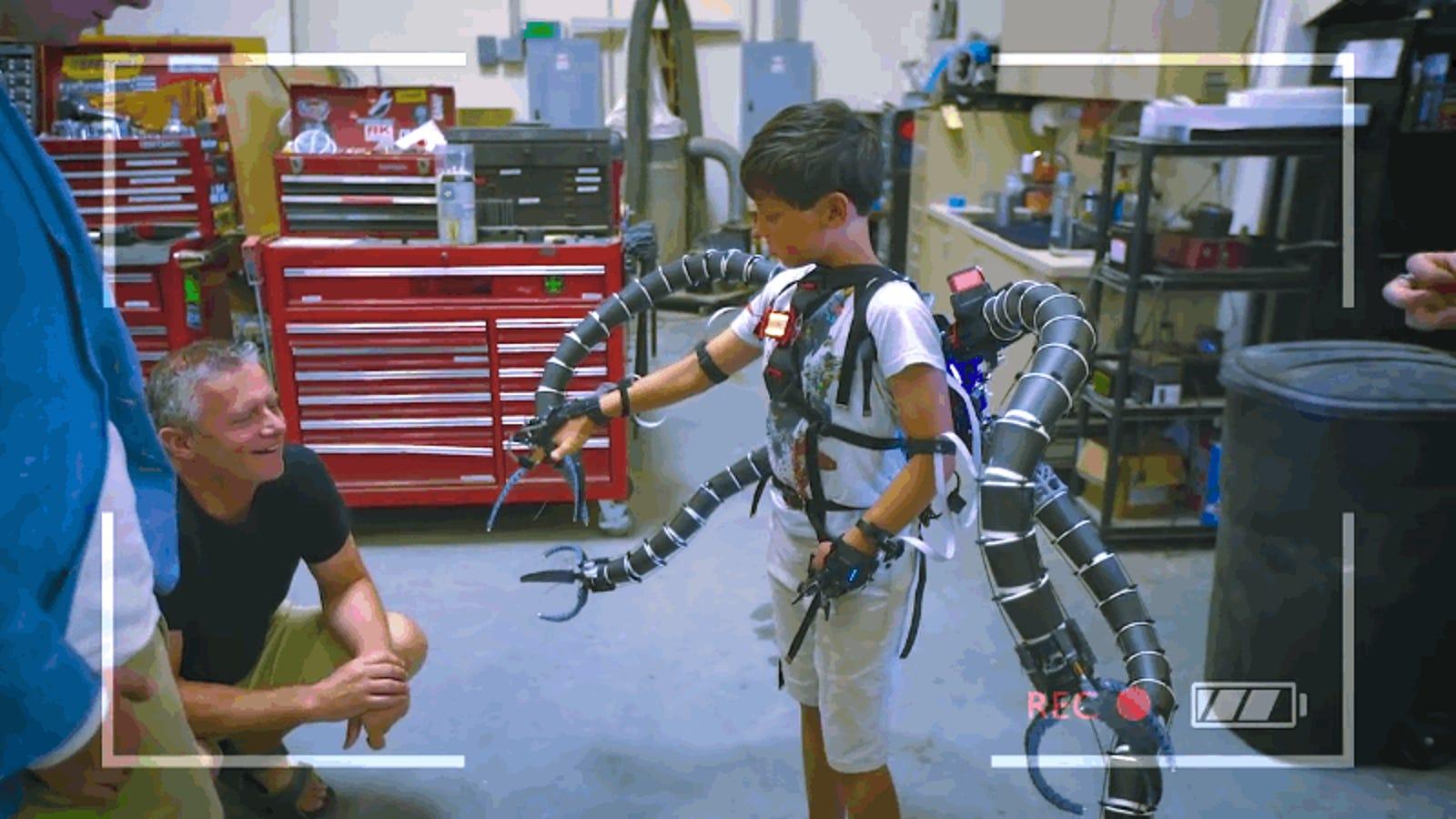 Un adolescente millonario construye el exoesqueleto robótico del Dr. Octopus para un niño con problemas de movilidad