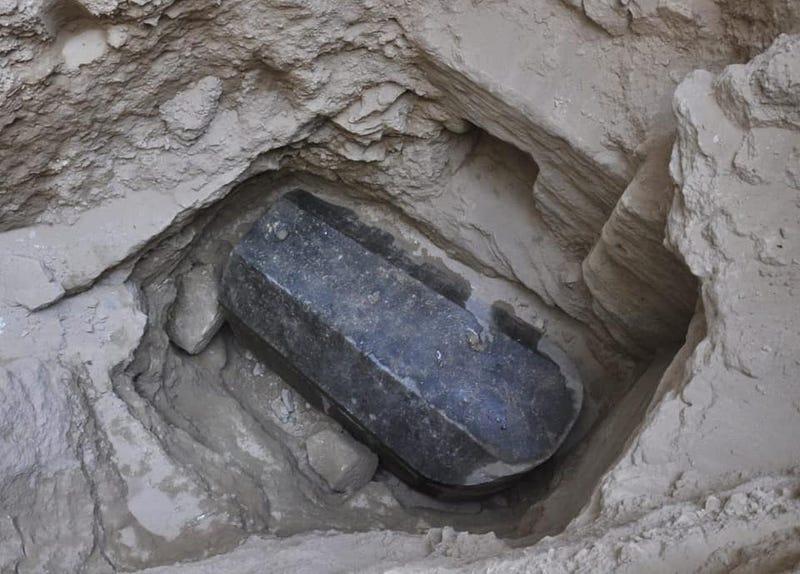 Illustration for article titled Encuentran un enorme sarcófago de roca negra aún sellado bajo la ciudad de Alejandría