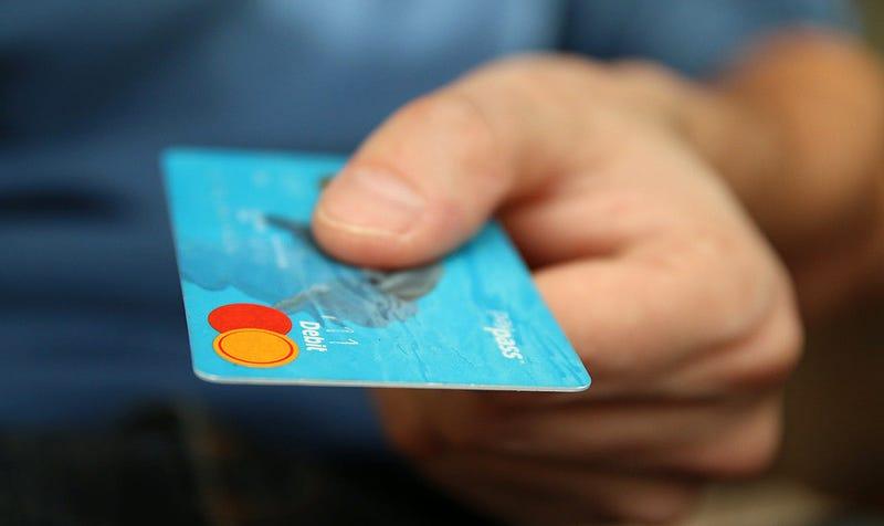 Illustration for article titled Cada semana comes suficiente plástico como para fabricar una tarjeta bancaria. Esto es lo que necesitas saber