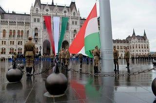 Illustration for article titled Óriási zászlókkal, csillogó térkövekkel és bajszos politikusokkal indult az ünnep