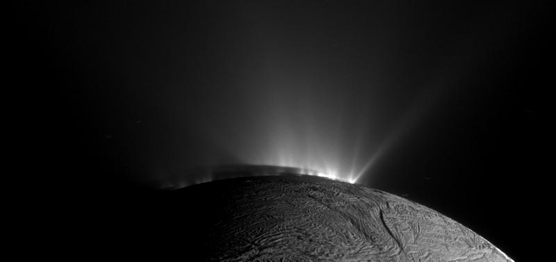 Illustration for article titled Los 101 géiseres de Encélado, la luna de Saturno que esconde un océano
