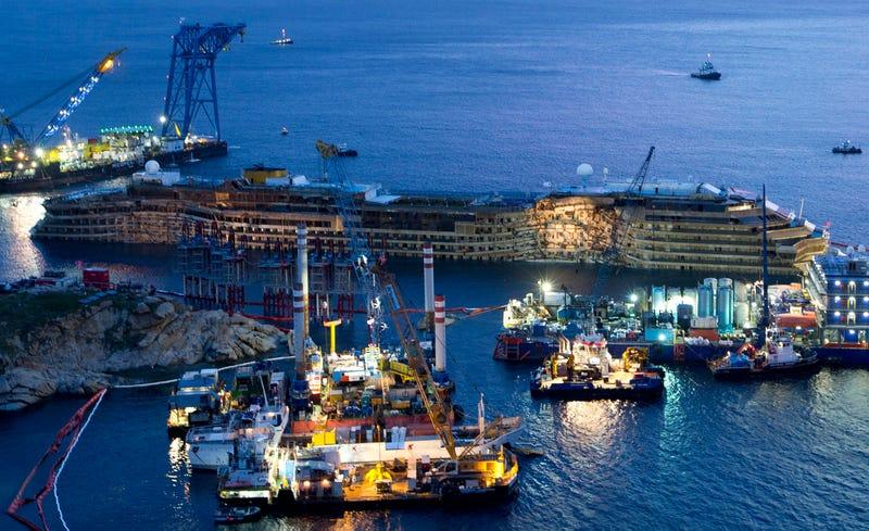 Illustration for article titled El gigantesco buque Costa Concordia, reflotado con éxito