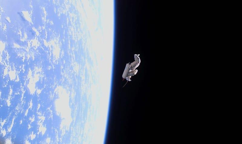 Illustration for article titled El satélite más espeluznante de la historia fue esta silueta de un astronauta vagando por el espacio