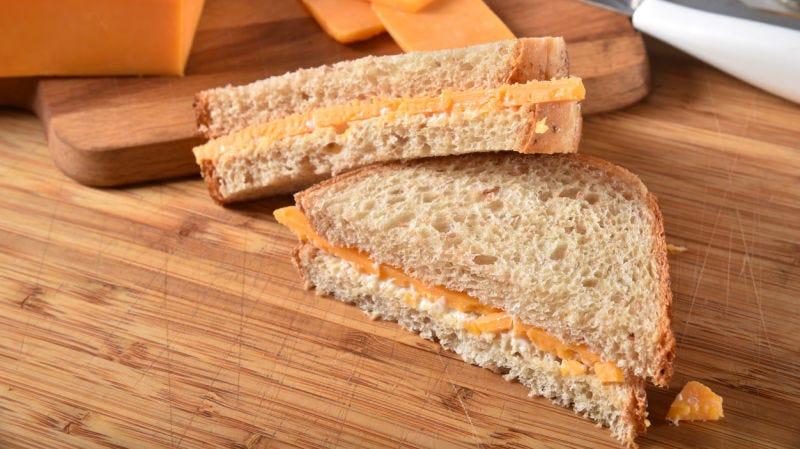 Una mujer con trastornos alimenticios lleva 29 años comiendo únicamente sándwiches de queso
