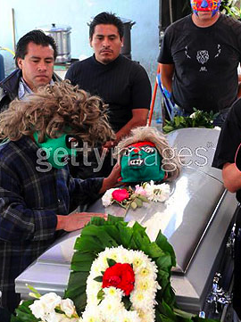 Illustration for article titled Just In Case You Wanted To Know What A Dwarf Wrestler Funeral Looks Like