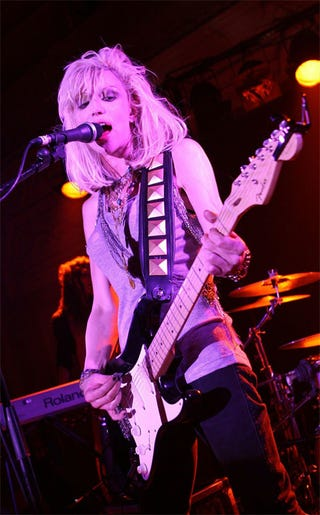 Illustration for article titled Those Rose-Colored Glasses — Er, Stage Gels — Really Do Wonders For Courtney Love