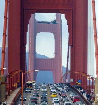 La increíble imagen de un F-18 cruzando el Golden Gate