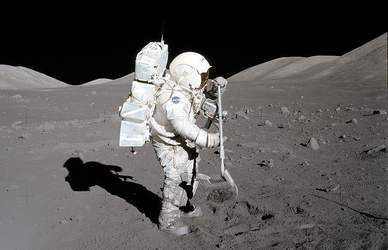 El astronauta Harrison H. Schmitt recolectando muestras de regolito durante la misión Apolo 17. Foto: NASA