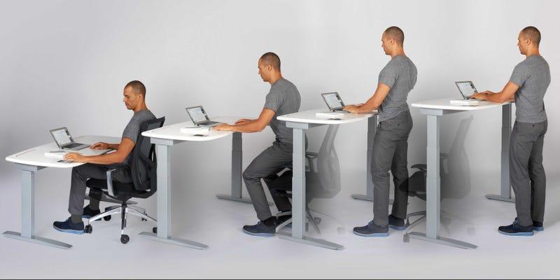 """Illustration for article titled La mayoría de estudios coinciden: los escritorios elevados son una """"moda"""" sin beneficio real"""