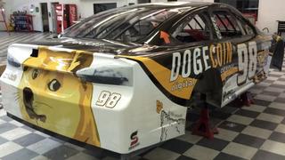 Illustration for article titled Such versenyautó! Doge-szponzorációval indulnak a NASCAR-ban