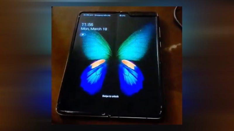 Illustration for article titled El primer vídeo no oficial del Galaxy Fold muestra cómo se ve normalmente el pliegue de la pantalla