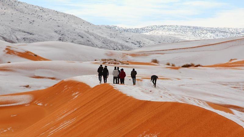 Un paseo por la nieve en el desierto del Sahara. Foto: Zinnedine Hashas