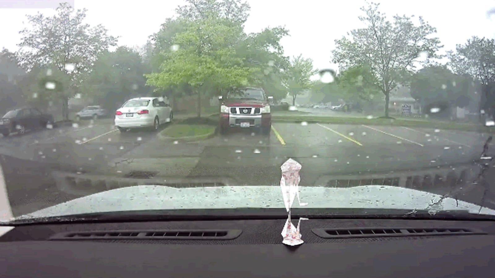 ¿Qué pasa si un rayo alcanza un automóvil Tesla mientras está cargando?