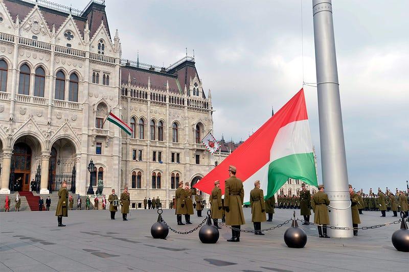 Illustration for article titled A zászlót már fel is vonták a Kossuth téren