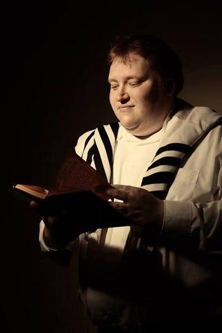 Illustration for article titled Transzvesztita és katolikus kántor volt a zsidó hitközség ügyvezetője?