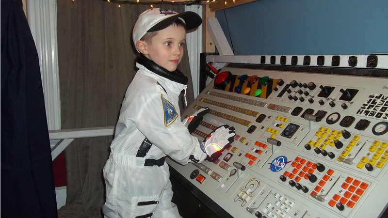 Illustration for article titled This Lucky Kid Has The Coolest Spaceship Bed Ever