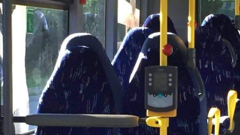 Illustration for article titled Racistas noruegos atacan en Facebook a unos asientos de autobús vacíos porque pensaban que eran mujeres en burka