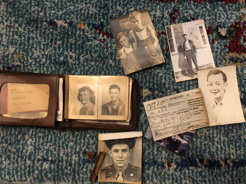 Encuentra 15 carteras de los años 40 ocultas tras una pared cuando remodelaba el baño
