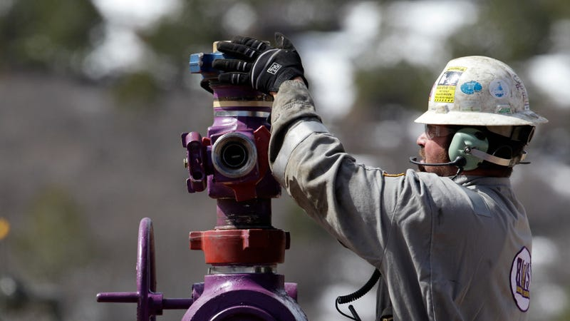 A worker switches well heads during a pause in the water pumping phase at the site of a hydraulic fracturing operation in Colorado. (Image: AP)