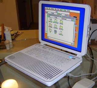 Illustration for article titled Ben Heck Mods Apple IIgs into a Bright, Shiny Laptop