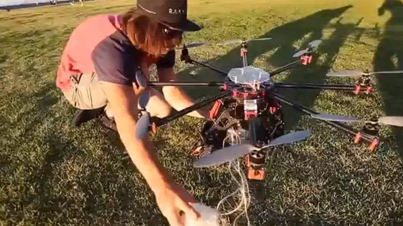 Illustration for article titled Planean repartir cerveza mediante drones en un festival de música