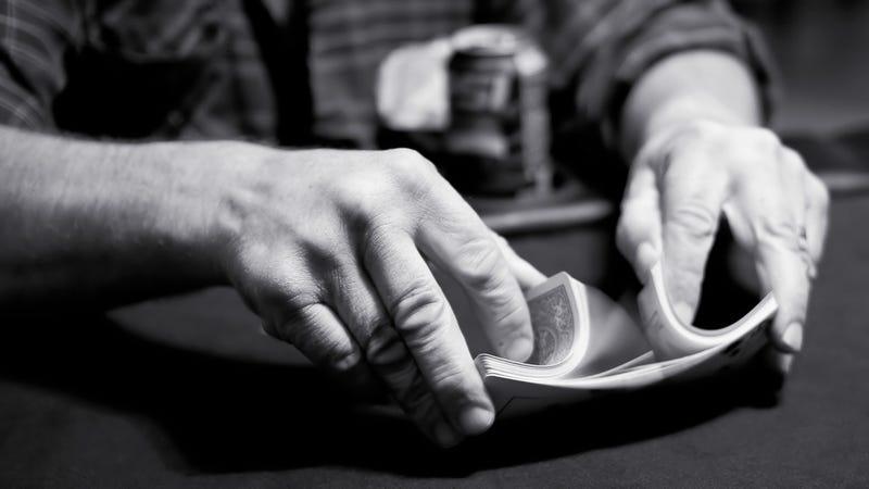 Riffle, en inglés, es una manera de bajarar las cartas. Imagen: Johnny Blood / Flickr