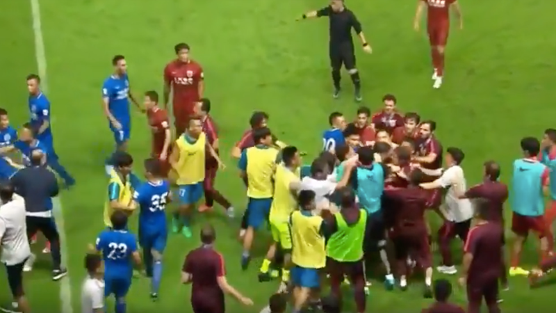 Illustration for article titled Brazilian Star Oscar Starts Massive Brawl In Chinese Super League Match