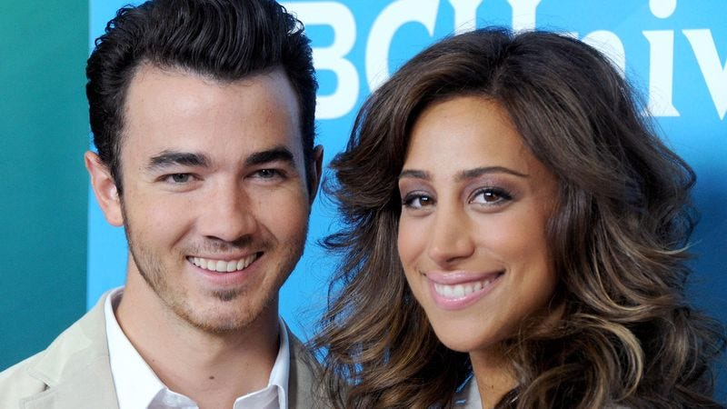 Illustration for article titled Pregnant Wife Has No Idea Which Jonas Brother She Married