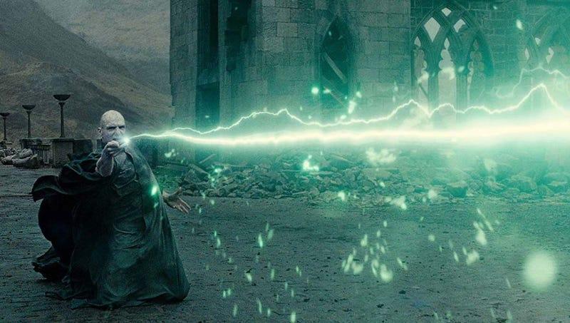 Illustration for article titled Ralph Fiennes revela el truco que usaba para sujetar la varita de Voldemort de esa manera tan extraña