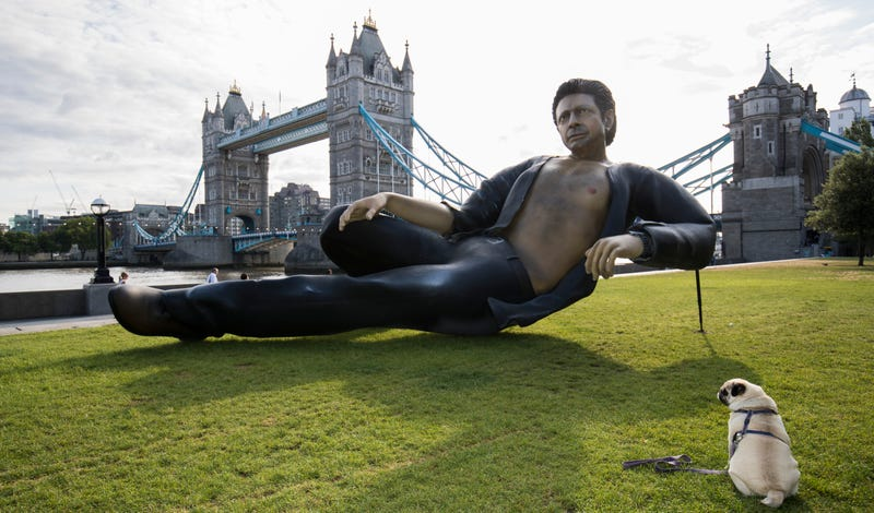 Illustration for article titled This Jeff Goldblum Statue Is a Sexy Celebrity Now