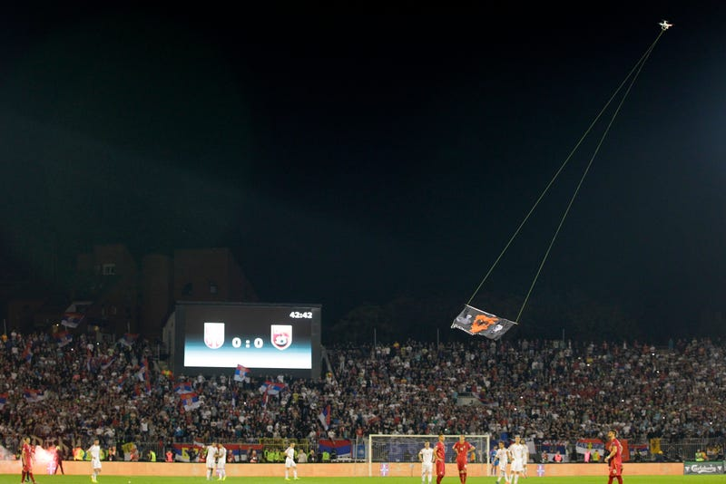 Illustration for article titled Un dron (y una bandera) causan el caos en el partido Serbia-Albania