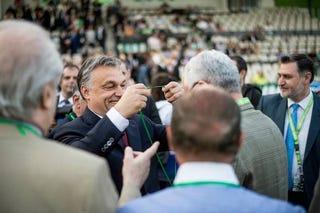 Illustration for article titled Orbán Viktor már az anyja hasában is csak a hatalmat akarta