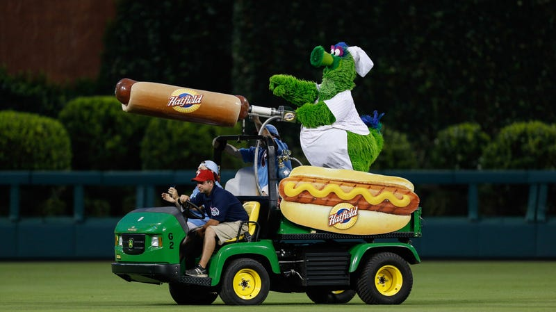 Illustration for article titled Flying hot dog projectile shot by Phillie Phanatic injures fan