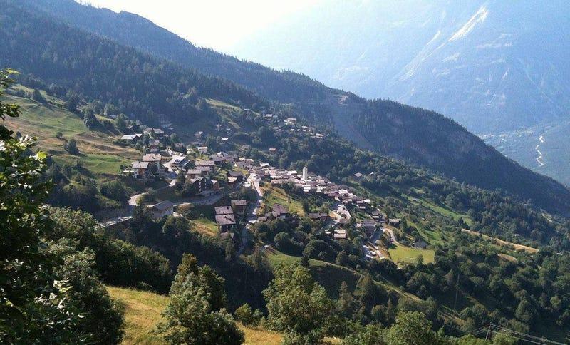 Esta preciosa ciudad en los Alpes suizos quiere pagar 22.000 euros a cada adulto de una familia que se mude a vivir allí