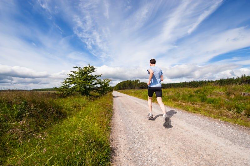 Correr es beneficioso, incluso si se hace a bajo ritmo o de forma esporádica. Unsplash