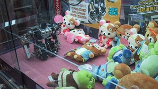 Illustration for article titled Japanese Robo Crane Game Takes It Up a Notch