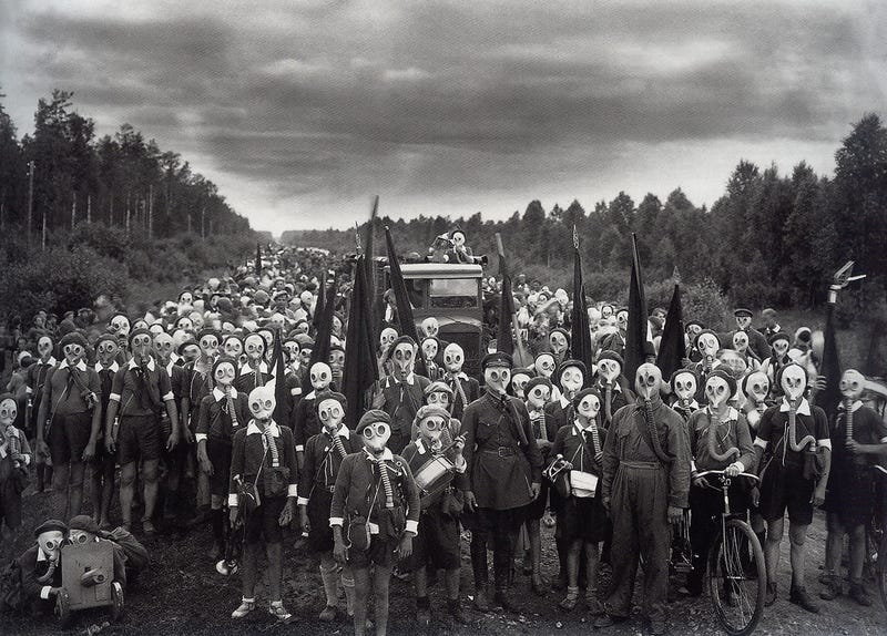 Illustration for article titled Esta macabra imagen no es la promo de una película de terror, es un pueblo entero de niños preparados para la guerra
