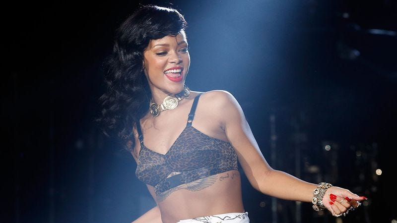 Illustration for article titled Check Out These SMOKING Rihanna Nip Slips