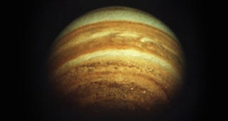 Illustration for article titled Cómo ver la alineación perfecta entre Júpiter y la Luna estos días