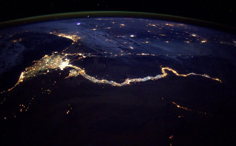 Illustration for article titled From space, the Nile looks like a cosmic King Cobra made of light