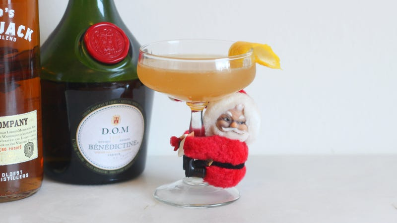 Illustration for article titled Apple Jack and Bénédictine Make the Perfect Holiday Cocktail