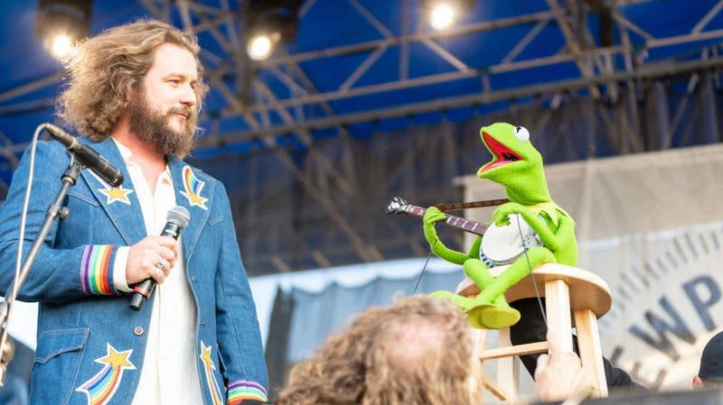 Illustration for article titled Indie rock sensation Kermit The Frog jams with Jim James and Janet Weiss